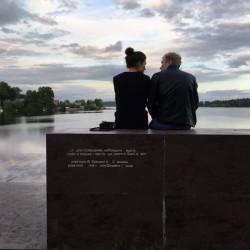 """На скамейке - """"лыже"""" от бюро """"Поле-дизайн"""" всегда много желающих полюбоваться отражением неба в воде пруда"""
