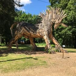"""Деревянному единорогу уже 4 года. Его создал для """"Арт-Оврага"""" в 2013 году венгерский художник Габор Миклош Сёке"""